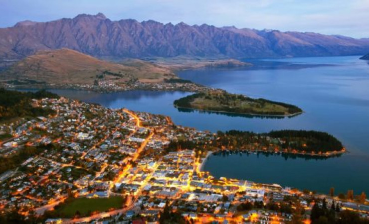 queenstown at night depositphotos 576x324
